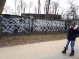 Łódź: zniszczony mural Żołnierzy Wyklętych w Parku na Zdrowiu