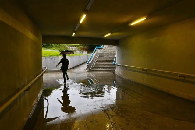 Zalane wrocławskie chodniki, parkingi i przejścia podziemne