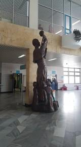 Pomnik Jana Pawła II w Uniwersyteckim Szpitalu Dziecięcym. Nie wszystkim się podoba