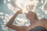 Nie tylko dla ochłody. Wszystko, co powinieneś wiedzieć o wodzie źródlanej