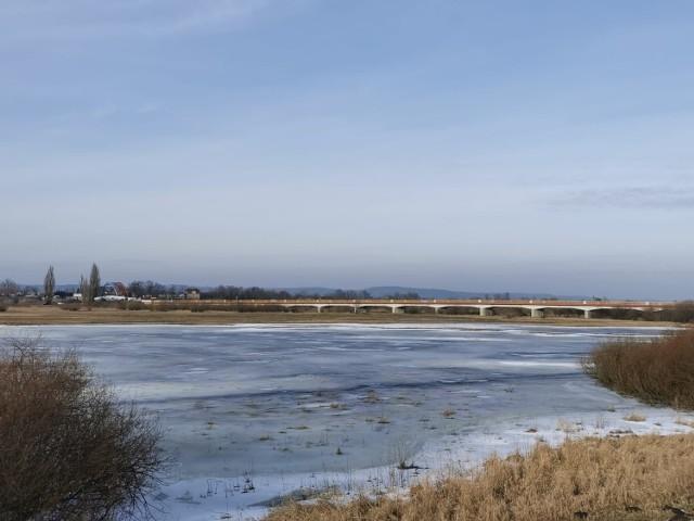 Przez zamknięty most w Świerkocinie mieszkańcy od kilku miesięcy nadkładają drogi, aby dotrzeć do pracy lub szkoły. Każdego dnia muszą pokonać objazdami kilkadziesiąt dodatkowych kilometrów.