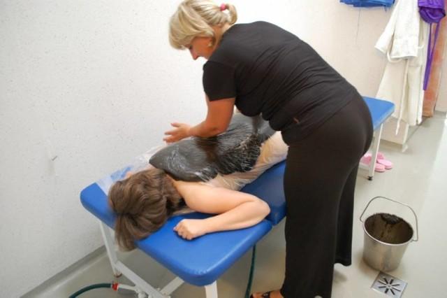 Borowina to podstawowy surowiec leczniczy stosowany w augustowskim sanatorium