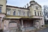 Zabytkowy dworzec w Głubczycach wystawiony na sprzedaż. Teraz popada w ruinę [ZDJĘCIA]