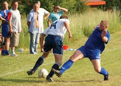 Piłkarze Zapory (niebieskie stroje) przegrali z Błyskawicą