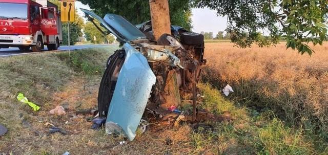 W pierwszym półroczu 2020 roku na wielkopolskich drogach doszło do 1292 wypadków, w których zginęły 92 osoby, zaś 1503 zostały ranne. Policjanci nie mają wątpliwości, że najczęstszą przyczyną wypadków, w tym śmiertelnych, jest nadmierna prędkość oraz brawura. Z kolei jazda pod wpływem alkoholu niejednokrotnie kończy się tragicznie.  – Głównymi przyczynami śmiertelnych wypadków drogowych są nadmierna prędkość, brawura lub jazda pod wpływem alkoholu. Jeśli jest prosty odcinek drogi, na którym nie ma żadnych przeszkód i jest on rzadko uczęszczany, to nic nie powinno się wydarzyć. A kiedy kierowca wypada na nim z trasy i np. uderza w drzewo lub wypada z niewielkiego łuku, to stoi za tym najczęściej nadmierna prędkość, alkohol czy brawura – mówi Piotr Garstka z biura prasowego wielkopolskiej policji.   Na zdjęciu: W nocy z 25 na 26 lipca do tragicznego wypadku doszło w miejscowości Lednogóra w powiecie gnieźnieńskim. 21-letni kierowca na prostym odcinku drogi stracił panowanie nad samochodem, wypadł z trasy i uderzył w drzewo.   Przejdź do kolejnego zdjęcia --->