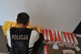 Policja w Kaliszu: 35-latek handlował nielegalnym spirytusem i papierosami. Funkcjonariusze przejęli kontrabandę. ZDJĘCIA