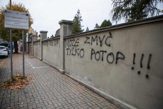 Zdewastowali mur cmentarza w Bielsku-Białej. Policja bada sprawę.  Zobacz kolejne zdjęcia. Przesuwaj zdjęcia w prawo - naciśnij strzałkę lub przycisk NASTĘPNE