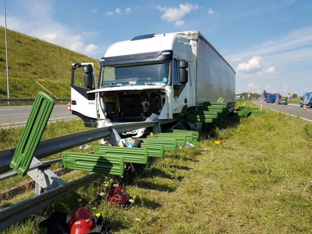 Ciężarówka na autostradzie A1 uderzyła w barierki