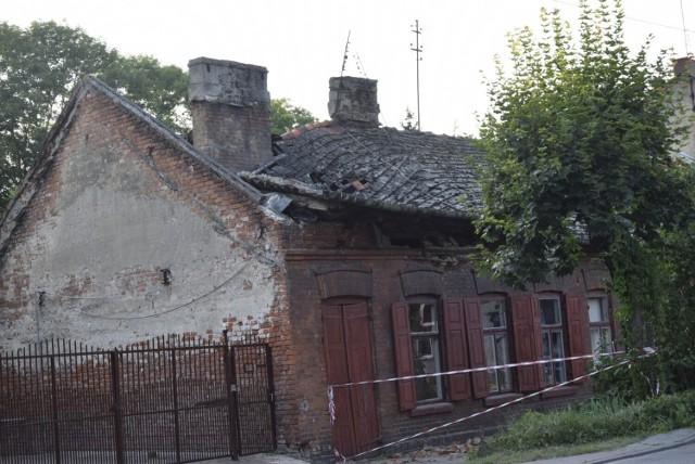 Zawalił się dach na domu przy ulicy Batorego 54 w Skierniewicach. O zagrożeniu pisaliśmy w marcu