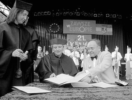 """Pani dziekan Langer i prezydent Szandar w """"świetle jupiterów"""" zakończyli wszelkie formalności. Foto: MAGDALENA CHAŁUPKA"""