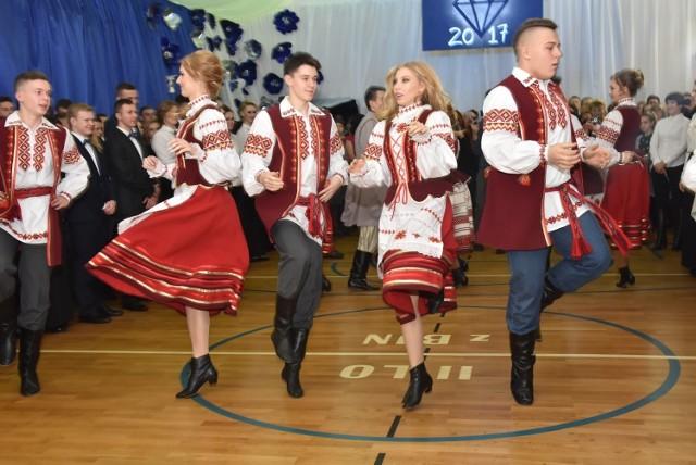 """Studniówka 2017 II liceum Ogólnokształcącego z białoruskim językiem nauczania odbyła się na sali gimnastycznej w zaprzyjaźnionej """"Trójce"""""""