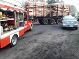 Volkswagen zderzył się ciężarówką do przewozu drewna [FOTO]