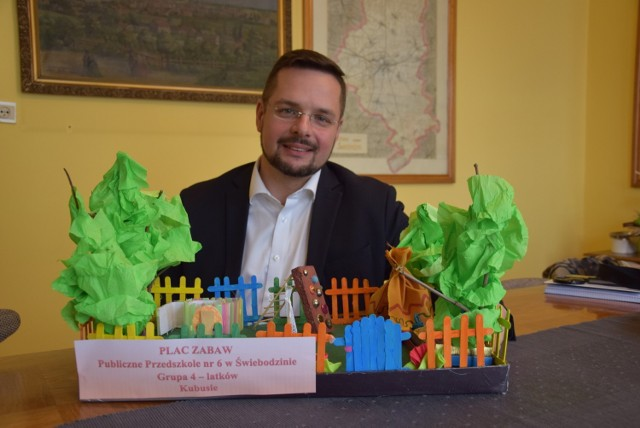 Zastępca burmistrza Mikołaj Tomaszyk podkreśla, że prace nadesłane na konkurs zawierają wiele wskazówek przydatnych do planowania placów zabaw