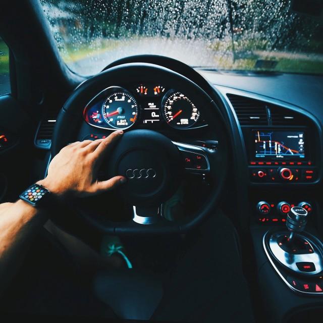 Kontrolki w samochodzie nie zawsze oznaczają coś niepokojącego. na tablicy wskaźników znaleźć można nawet kilkanaście kontrolek w wielu kolorach - są kontrolki niebieskie, zielone, żółte, pomarańczowe i czerwone. Niektóre z nich mają charakter czysto informacyjny.   Są jednak kontrolki, które oznaczają poważną poważną awarię - to ostrzeżenie o nieprawidłowościach i sygnał dla kierowcy, że najlepiej natychmiast przerwać jazdę.   Które kontrolki w samochodzie wskazują, by przerwać jazdę? Zobacz na kolejnych slajdach >>>>>