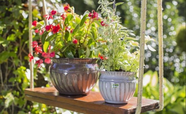 Donice w ogrodzie stanowią piękny element dekoracyjny.