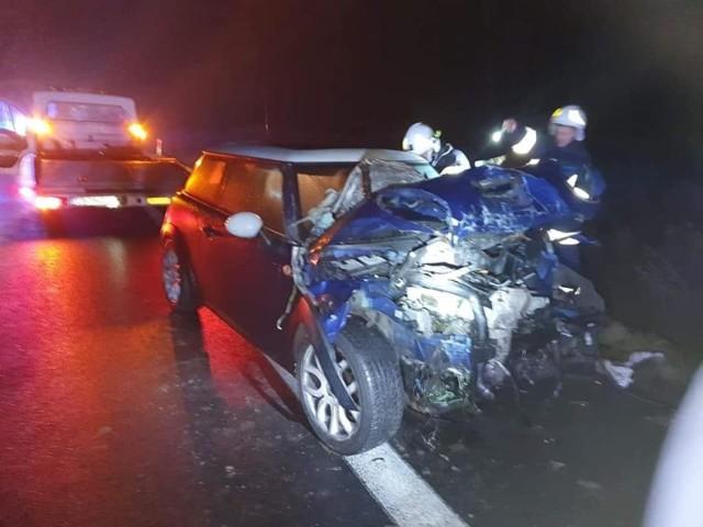 Do groźnie wyglądającego wypadku doszło na S5 w miejscowości Niewieścin w powiecie świeckim. Zderzyły się dwa samochody. Ponadto został potrącony pieszy.    Więcej informacji w dalszej części galerii >>>