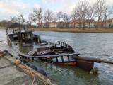W Rowach zatonął statek turystyczny. Strażacy walczą z wyciekającym olejem napędowym [ZDJĘCIA, WIDEO]