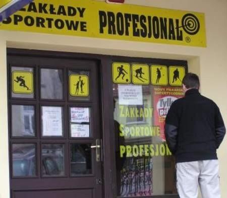 FOT. LESZEK GRABOWY   Kartki wywieszone na witrynach informują, że małoletni nie złożą tutaj zakładów bukmacherskich.