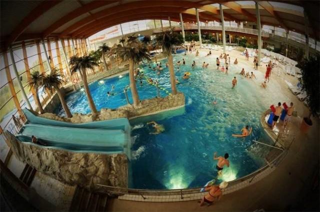 Aquapark we Wrocławiu zlokalizowany jest na osiedlu Huby, przy ul. Borowskiej 99, tuż przy Wzgórzu Andersa. W kompleksie znajdują się dostępne przez cały rok baseny rekreacyjne kryte i zewnętrzne, kryty basen sportowy, klub fitness oraz sauny. Aquapark Wrocław jest czynny 7 dni w tygodniu.   Cennik znajduje się na stronie aquapark.wroc.pl