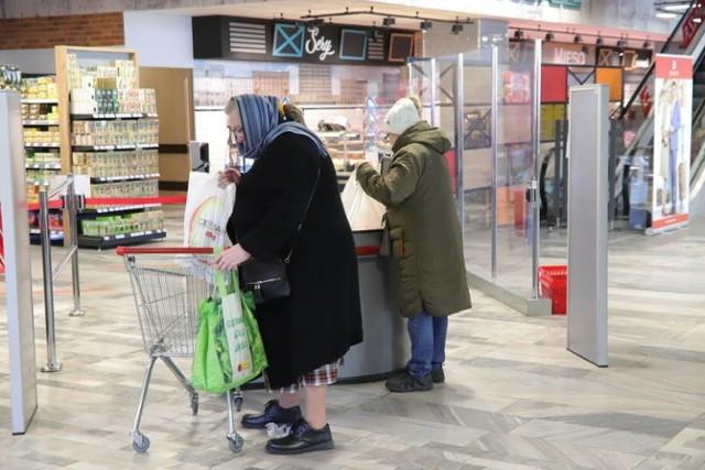 Od soboty zmieniają się zasady robienia zakupów w czerwonej strefie  Od czwartkowego późnego popołudnia trwa zamieszanie związane z działalnością sklepów w strefie czerwonej. Na konferencji prasowej premier poinformował o wprowadzeniu limitu klientów w sklepach: na jedną kasę może jednocześnie przypadać pięcioro kupujących. Nie zostało jasno powiedziane, czy chodzi o kasy działające czy zainstalowane. Gdy handlowcy zaczęli się nad tym głowić, w piątek rano Piotr Miller, rzecznik rządu poinformował, że liczba klientów będzie inaczej ustalana w mniejszych sklepach - o powierzchni do 100 mkw., a inaczej w większych.  CZYTAJ DALEJ >>>>    ...