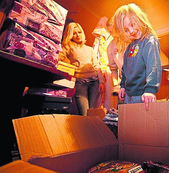 Paczki od darczyńców ubogim rodzinom wręczają wolontariusze