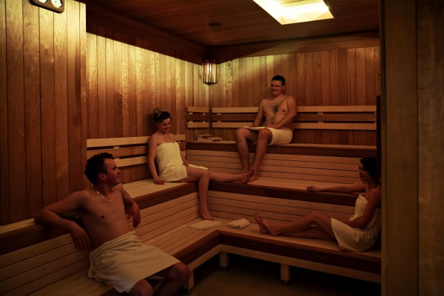Seans saunowy to tak naprawdę widowisko. Saunamistrz dba o bezpieczny relaks i profesjonalne przygotowanie rytuałów z naparzaniem