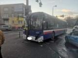 Bydgoszcz. Kia zderzyła się z autobusem na skrzyżowaniu ulic Skłodowskiej-Curie i Jurasza