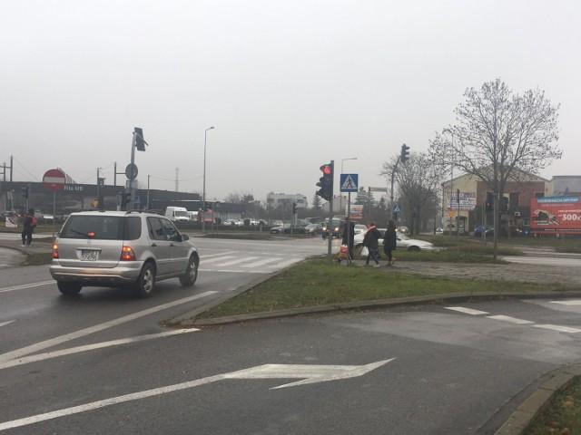 Potrzebna przebudowa skrzyżowania alei Solidarności  i ulicy Domaszowskiej w Kielcach budzi kontrowersje.