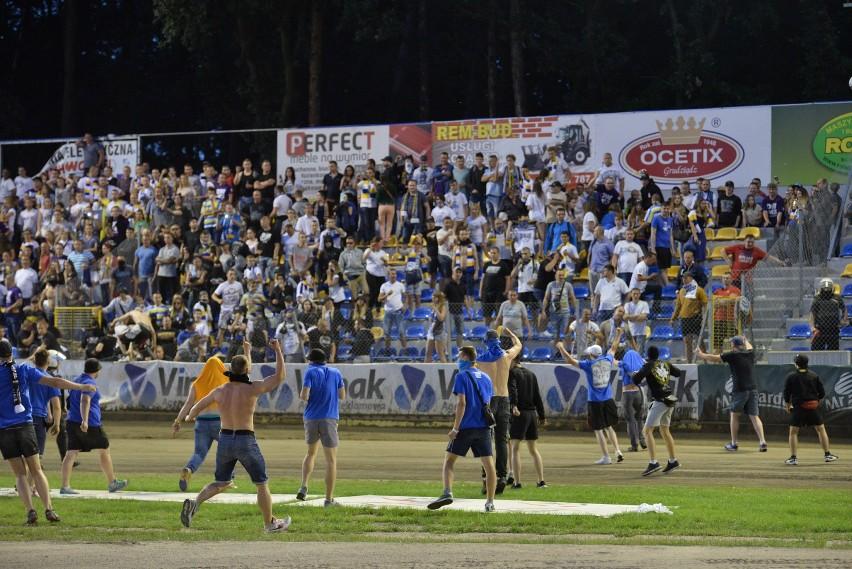 Zadyma po meczu GKM Grudziądz - Get Well Toruń. Kibice wbiegli na murawę [zdjęcia]