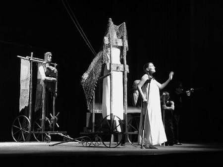 """W spektaklu """"Ofiara Wilgefortis"""" aktorom towarzyszyły ogromne lalki i rzeźby."""