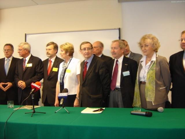 Konferencja prasowa. Od lewej: Dariusz Rosati, Andrzej Celiński, Marek Balicki, Zdzisława Janowska, Józef Pinior, Marek Borowski, Janusz Onyszkiewicz, Wojciech Filemonowicz, Genowefa Grabowska, Ryszard Kalisz