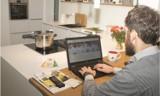Pracodawca kazał ci pracować zdalnie? Powinien zapłacić za biuro w twoim domu: sprzęt, internet, meble, prąd... Potrzebne regulacje prawne