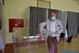 Mieszkańcy Pruszcza głosują w II turze wyborów. Swój głos oddali m.in. burmistrz i starosta gdański |ZDJĘCIA