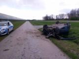 Pijany kierowca Forda wpadł do rowu i dachował