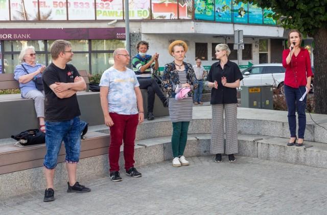 """Protest przeciwko """"lex TVN"""" na pl. Adamowicza w Szczecinie"""