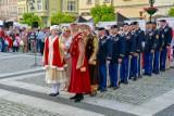 Mieszkańcy Bolesławca zatańczyli na rynku poloneza. Tańczyli też żołnierze US Army! [ZDJĘCIA/WIDEO]