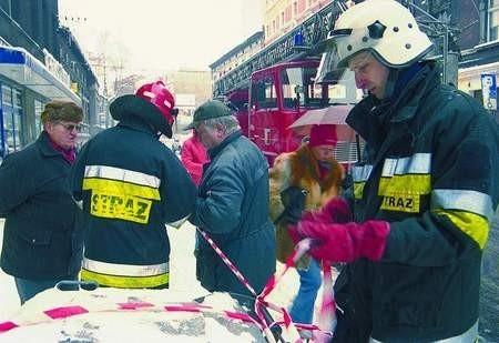 Sławomir Szpaczek zabezpiecza miejsce wczorajszej interwencji na ul. Strzelców Bytomskich. Tu strażakom popsuła się drabina. sylwester witkowski (3)