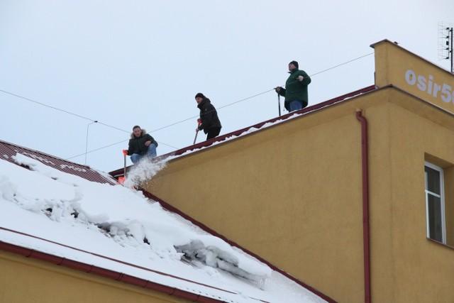 Ośnieżanie dachu OSiR w Człuchowie