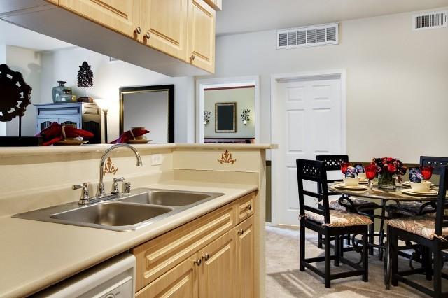 Coraz częściej kuchnia łączona jest z sąsiadującym pokojem dziennym