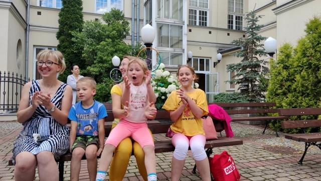 Rodzinna zabawa na dziedzińcu MOK w Piotrkowie
