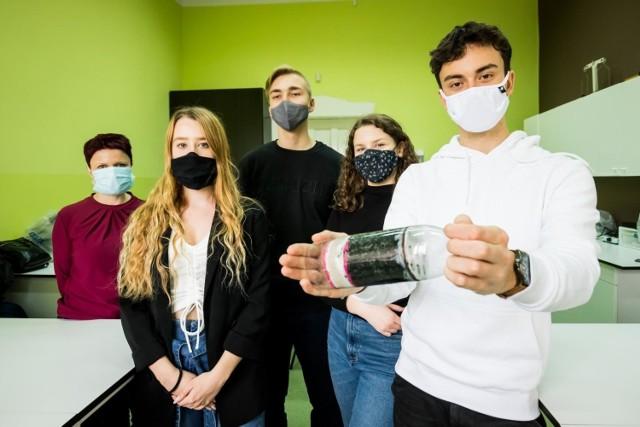 """Projekt """"Hydrohope"""" realizowany jest przez uczniów VI LO w Bydgoszczy w ramach ogólnopolskiej Olimpiady Zwolnieni z Teorii.  Oprócz kampanii prowadzonej w mediach społecznościowych, młodzi pracują nad projektem filtra wody. 50 takich urządzeń zostanie wysłanych do Afryki."""