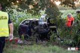 Tragedia na drodze pod Wrocławiem. Zginęły dwie młode osoby. Ich samochód uderzył w drzewo (ZOBACZ ZDJĘCIA)
