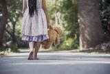 3-latka z Żor bez opieki błąkała się po mieście. Niepostrzeżenie wyszła z mieszkania. W porę zareagował przypadkowy świadek