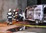 Na ulicy Bocznej w Kościanie zapalił się bus z fajerwerkami ZDJĘCIA