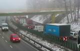 Wypadek na zakopiance w Mogilanach. Dwa samochody osobowe zderzyły się z ciężarówką. Są utrudnienia [AKTUALIZACJA]
