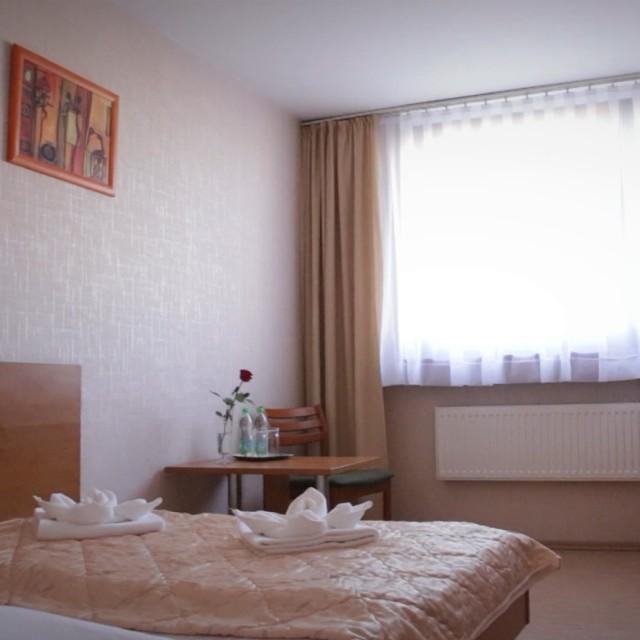 Hotel usytuowany jest w samym centrum miasta, w niewielkiej odległości od dworca kolejowego i autobusowego, co pozwala na łatwy i wygodny dojazd z dowolnego miejsca.