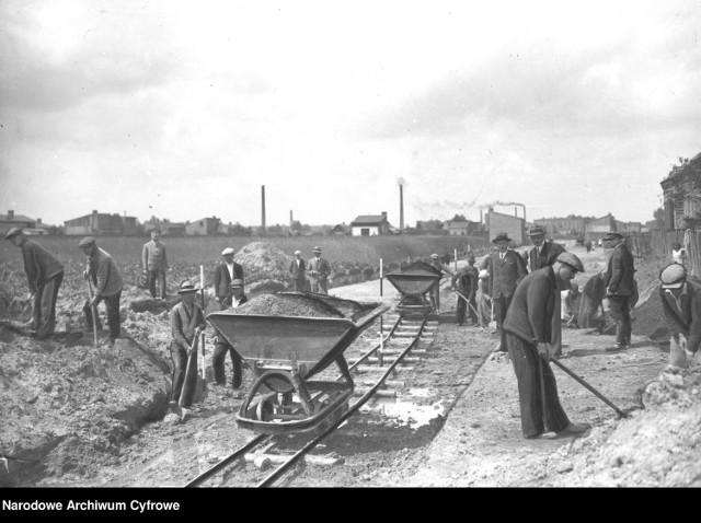 Budowa ulicy Parkowej w Zawierciu. Robotnicy podczas pracy. 1935 r.  Zobacz kolejne zdjęcia. Przesuwaj zdjęcia w prawo - naciśnij strzałkę lub przycisk NASTĘPNE