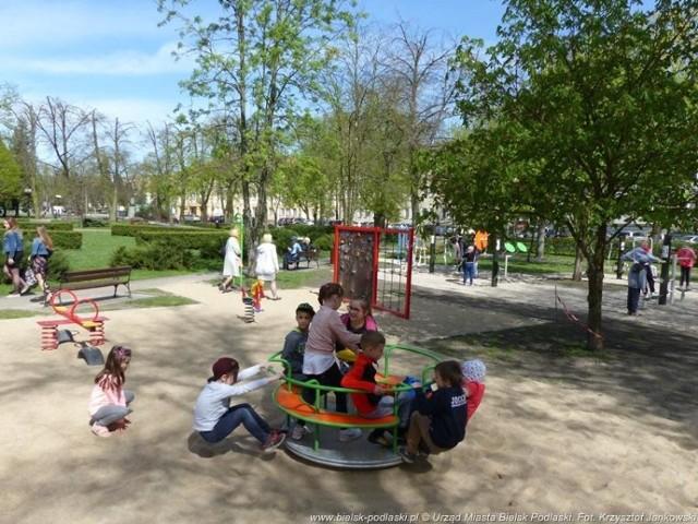 Plac zabaw i siłownia w parku