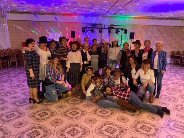 """Zaczęło się w 2018 roku od pierwszych misji Atomówek, czyli projektu """"Przez ruch do zmiany"""". Celem działania były m.in.: integracja społeczności lokalnej Cielimowa, tworzenie atrakcyjnych możliwości spędzania wolnego czasu, nauka przez zabawę. Zwieńczeniem projektu był spektakl teatralny, w którym zagrali uczestnicy przedsięwzięcia. Wtedy też zaświtała myśl, żeby grupę nieformalną zamienić w zorganizowane 90-osobowe koło gospodyń. Przewodniczącą została Elżbieta Jasek. Koło działa prężnie, czego dowodem może być: I miejsce w kategorii KGW roku w powiecie gnieźnieńskim, II miejsce na ponad 100 zgłoszeń w konkursie """"Pitrasimy po wielkopolsku"""", wyróżnienie w konkursie Wielkopolskiej Izby Rolniczej na przygotowanie tradycyjnej potrawy bożonarodzeniowej, szycie maseczek dla służby zdrowia w pierwszej fali pandemii COVID-19, organizowanie kiermaszy charytatywnych."""