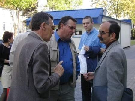Członkowie stowarzyszenia przed roboczym spotkaniem. Od lewej: Antoni Szlanga, Józef Skiba i Edward Pietrzyk. Fot. Radosław Osiński